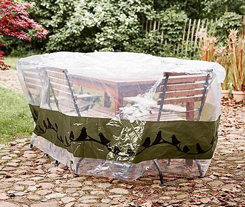 Plastový kryt na zahradní nábytek oceníme, nemáme-li k dispozici zahradní domek ani přístřešek.