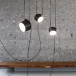 Závěsná svítidla s možností nastavené délky závěsu. Aim (design Ronan and Erwan Bouroullec), Flos.