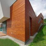 Hmotové členění rodinného domu je zvýrazněno kombinováním různých materiálů na fasádě.