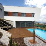 Terasa s bazénem je součástí obytného prostředí rodinného domu.