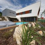 Zahrada se svým řešením navazuje na terasu s bazénem, a nepřímo tak proniká do prostředí domu.