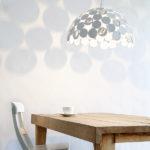 Závěsná lampa Pinup (Brandvan Egmond) s kovovým stínítkem s matně bílým lakem.