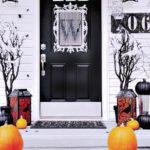 Vstup do domu ozdobený na Halloween