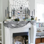 Zrcadlo může na pár dní posloužit pro dekoraci pavučiny