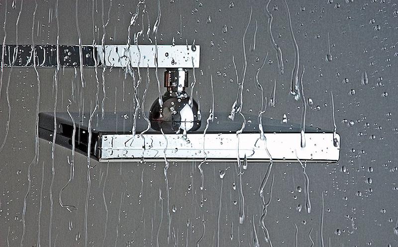 Sklo sprchových dveří i s povrchovou úpravou se musí uklízet. Jde to ale mnohem snáz.