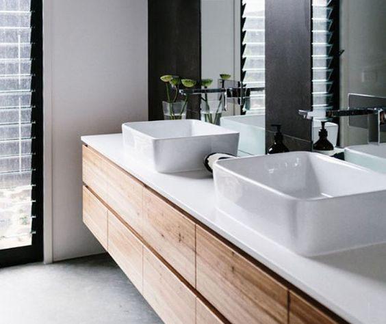 Budete-li mít zrcadlo za umyvadlem počítejte s tím, že bude stále od vodních kapek.