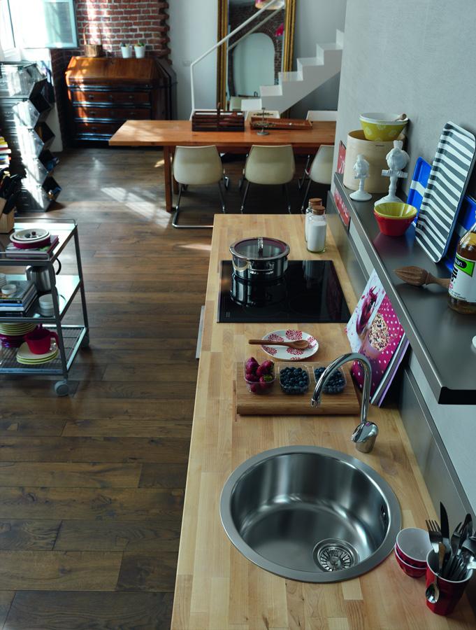 Mezi varným a mycím centrem v kuchyni v jedné rovině nechte alespoň 90 cm volné plochy pro přípravu jídla. Dřez firmy Franke
