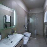 Koupelny jsou navrženy jednoduše a elegantně. To se do budoucna neomrzí.