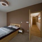 Manželská ložnice je nejhezčí místností horního patra.