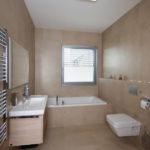 V koupelně v patře se nachází vana.