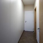 V chodbách jsou navrženy bohaté úložné prostory.