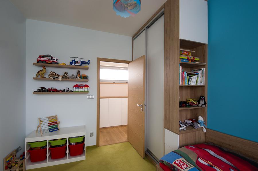 Dětské pokoje jsou barevné, nechybí tu dostatek prostoru na hraní.