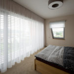 Z postele mohou manželé velkým ateliérovým oknem pozorovat okolní nádhernou krajinu.