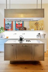 Nerezovou kuchyň Ego od firmy Abimis oživují pop artové obrazy.