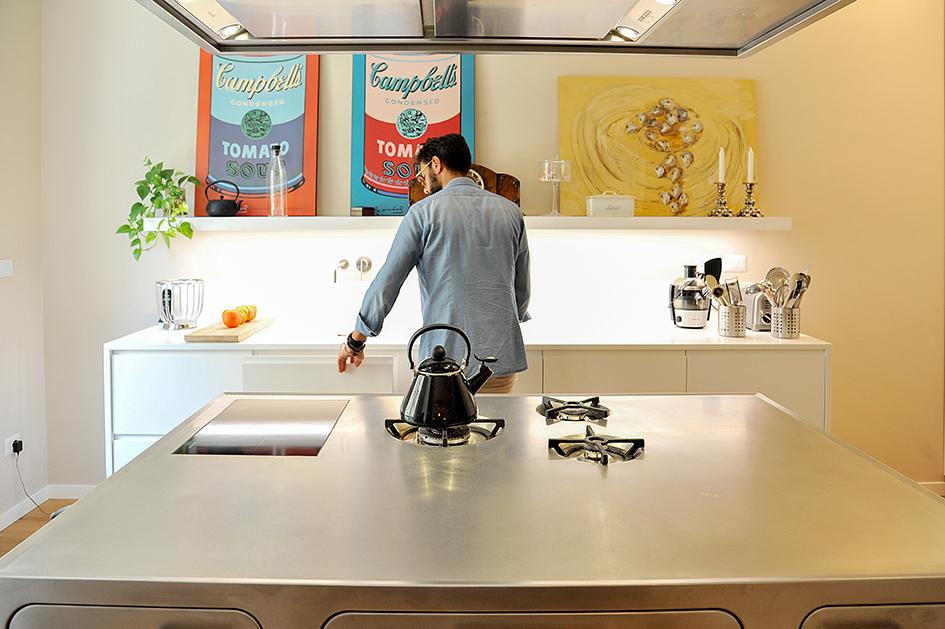Pro zachování čistého vzhledu jsou plynové plotýnky integrovány do pracovní desky. Stejně tak i varná deska.