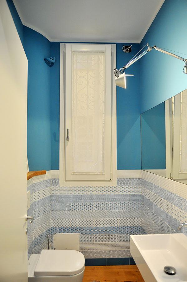 Toaleta se nese v azurově modré a bílé.