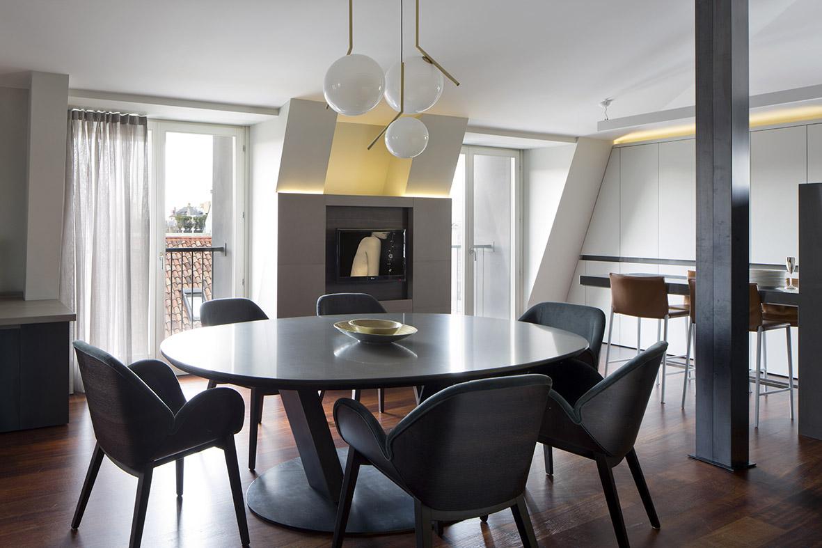 Většina zařízení v bytě má zaoblené tvary, což vnáší do interiéru soulad. Křesílka Lips pocházejí od firmy Alma design.