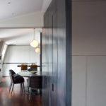 Čisté linie dosáhl architekt díky vestavěným prvkům. Jako například těchto skříní, jejichž dveře zvýraznil šedou barvou.