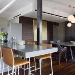 Kuchyňská pracovní deska je prodloužena a přechází v menší jídelní stůl.