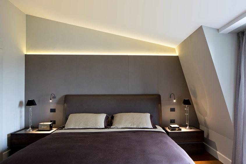 Ložnice není velká, ale z jejích oken je možné pozorovat střechy milánských staveb.
