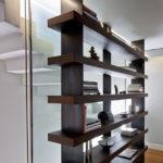 Do patra navrhl designér otevřenou knihovnu. Tím prostor zůstal vzdušný.