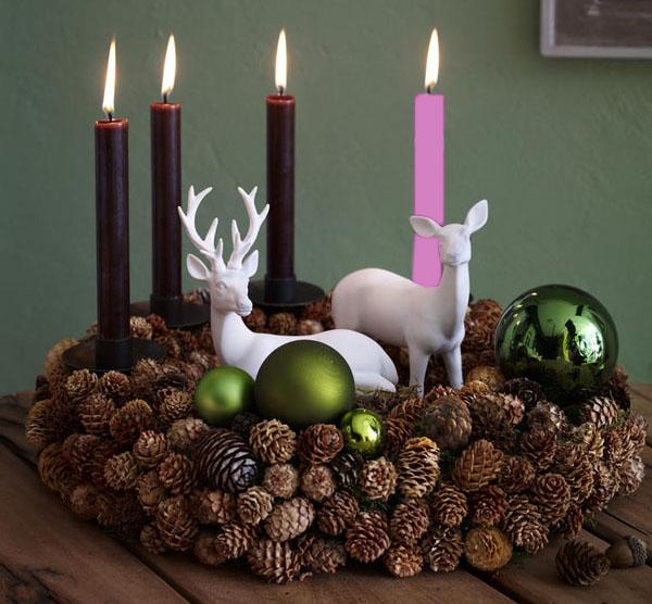 Na věnci mají správně být tři fialové svíčky a jedna růžová.