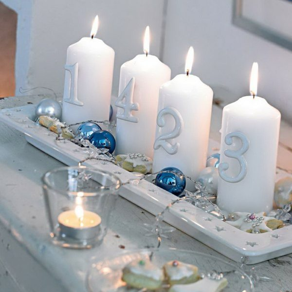 Adventní věnec nemusí nutně být věnec. Mohou to být 4 svíčky v nejrůznějších dekoracích. Oblíbený je podlouhlý talíř.