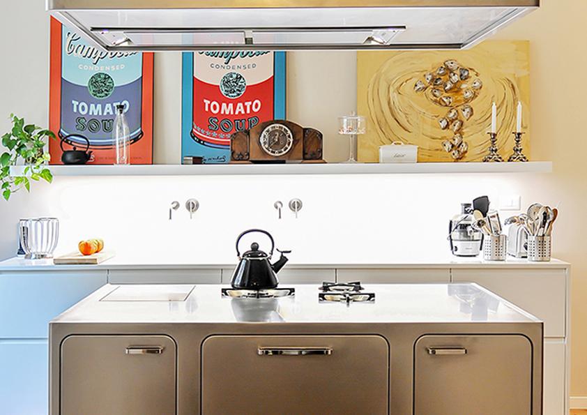 Nerezovou kuchyni rozveselují pop artové obrazy