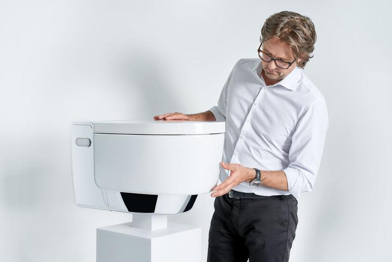 Toaleta AquaClean Mera a její návrhář Christoph Behling.