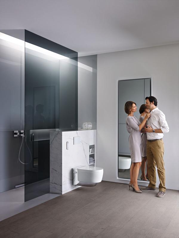 AquaClean Mera je luxusní toaleta, která mimo jiné i zvedne poklop,když se k ní přiblížíte.