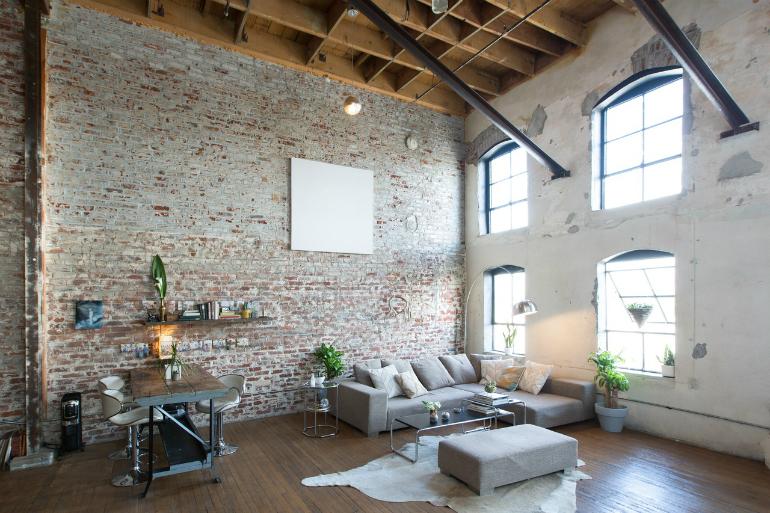 Ponechte vysoké stropy a třeba i jejich konstrukce.