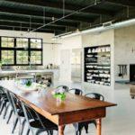 Industriálnímu interiéru sluší kuchyně z nerezu