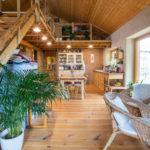 Interiér dřevostavby se nese v přírodním duchu