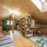 I v horním patře je použito hodně dřeva.
