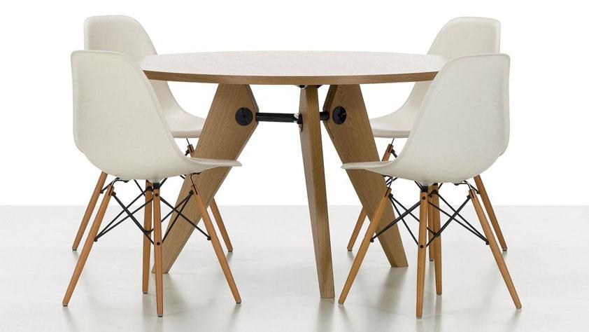 Jídelní židle, která patří mezi klasiky. Design Charles Eames, Vitra
