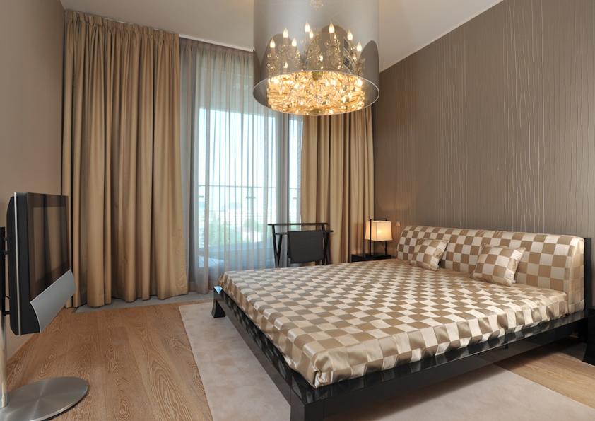 Odstíny hnědé navozují v ložnici příjemnou hřejivou atmosféru.