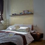 Police je doplněna LED osvětlením, které funguje i jako orientační světlo v místnosti.