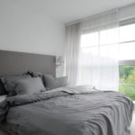 Elegantní bílo-šedá kombinace je nadčasová. Příznivci barev ji mohou doplnit jakýmkoliv dalším odstínem.