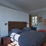 Aby v ložnici vzniklo soukromí, ale nenarušil se nevelký prostor, navrhl architekt postel umístit k příčce, která není vystavěná až ke stropu.