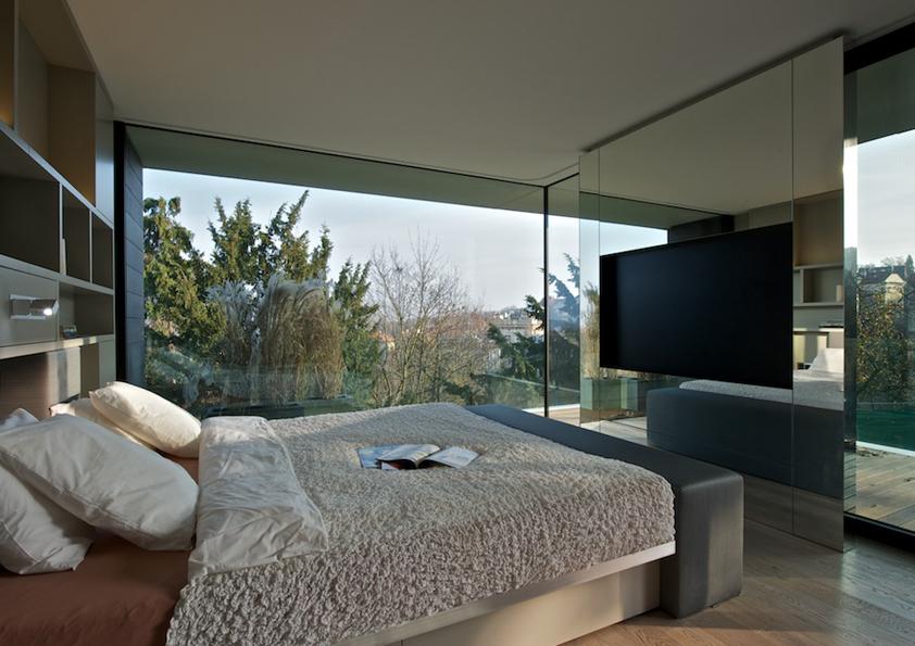 Má-li dům hezké okolí, dopřejte si v ložnici velká okna. Budete tak mít pěkný výhled přímo z postele.
