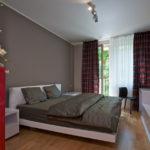Bílá postel i zařízení snesou tmavší doplňující barvy.