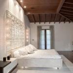 Je-li součástí ložnice šikmina, snažte se postel umístit pod rovnou část stropu.