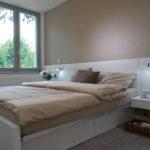 Noční stolky navazují výškově i materiálově na čelo postele. Vznikl tak jednoduchý a zajímavý prvek.