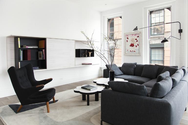 Jednoduché prvky bez zbytečných okras, jako například tuto stěnu můžete doplnit dekorativními stolky.