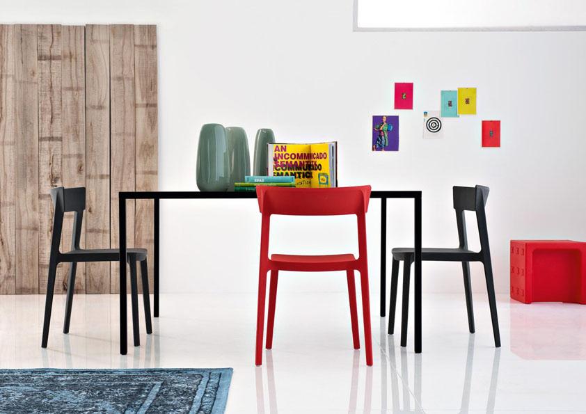 Volbou různých barev židlí u jídelního stolu získáte v interiéruatraktivní prvek.