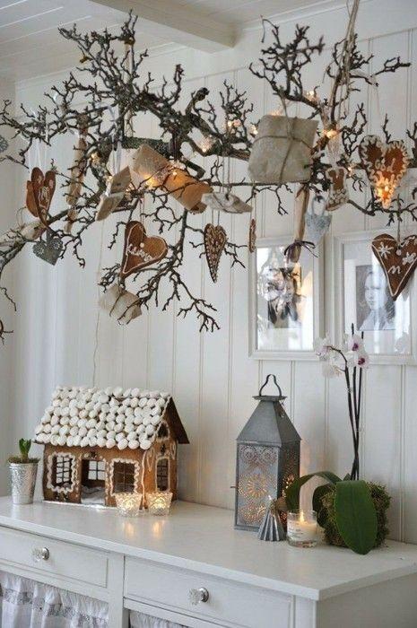 Větev nemusí mít zákonitě jehličí, aby vypadala vánočně. Ozdobte ji perníky, dárky a jinými vánočními ozdobami a máte vyhráno. A navíc - na velikonoce na ni pověsíte velikonoční výzdobu a je znovu splněno.