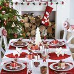 Inspirace por slavnostní tabuli. Jak je vidět, stačí jedna barva a vánoční motivy a výsledek je zaručený.