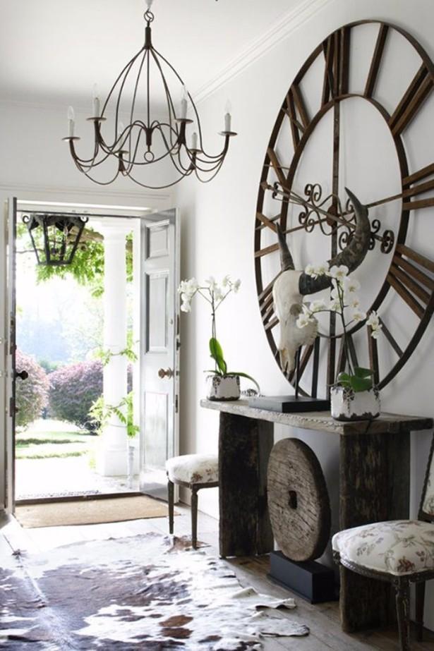 V slunných místnostech a na světlou malbu můžete pořídit nadstandardně velké hodiny. Aby vynikly nechte je na samostatné stěně.