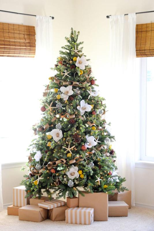 A kdo říká, že na stromku musí viset jen standardní ozdoby? Zkuste třeba květiny. Mohou být umělé nebo i živé...