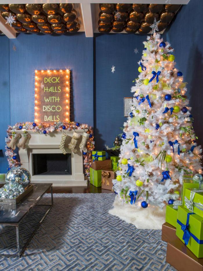 Bílý stromek můžete rozjasnit jakýmikoliv barevnými ozdobami. Letos jsou v kurz svítivé odstíny.